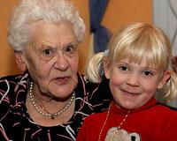 Liesel Höhler mit ihrer jüngsten Urgroßnichte Johanna