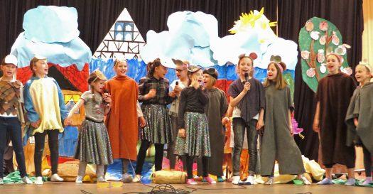 Die Theatergruppe der Grundschule. Foto: Ursula Schenker