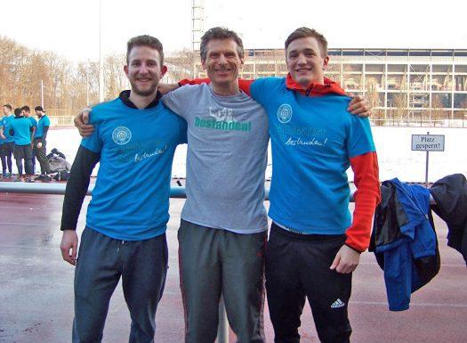 Am 2. Prüfungstag bestehen ebenfalls ohne Defizit Malte Vogel (links) und Julius Stützle (rechts) den Sporteignungstest. In der Mitte Trainer Wolfram Gündisch