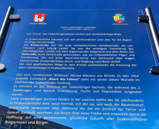 Kurz vor dem Konzert enthüllten Bürgermeister Ulrich Stücker und Bürgermeister Ovidiu Cretu am Kreisel Siebenbürger Platz gemeinsam ein neues Schild, auf dem die Bedeutung des Kunstwerkes auf dem Kreisel erläutert wird