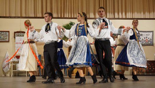 Die siebenbürgisch-sächsische Jugendtanzgruppe aus Bielstein. Foto: Klaus Hihn