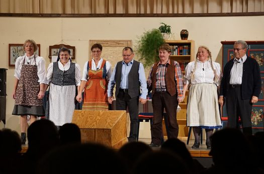 Die Darsteller des Theaterstückes in siebenbürgisch-sächsischer Mundart. Foto: Klaus Hihn