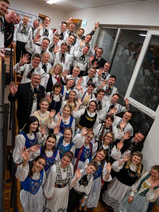Gruppenfoto vom Blasorchester Siebenbürgen-Drabenderhöhe und der siebenbürgischen Volkstanzgruppe Wiehl-Bielstein nach dem Jahreskonzert im Kulturhaus Drabenderhöhe-Siebenbürgen. Foto: Günther Melzer