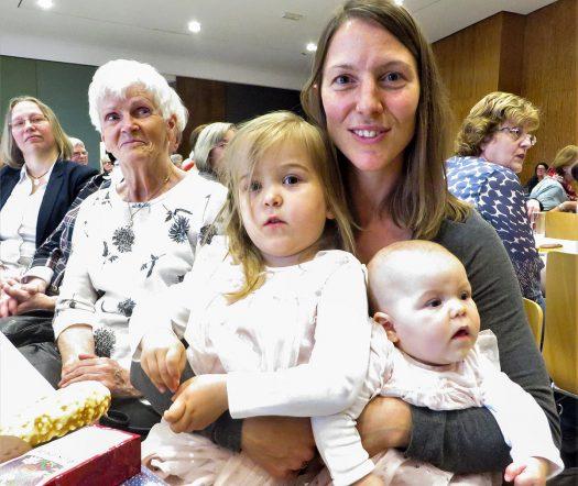 Die älteste und jüngste Mutter: Maria Kirscher (li.) und Charlotte Schemmel mit ihren Töchtern Joyce Emilie (re.) und Julie Marie (li.)