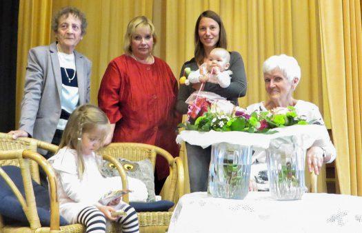Die jüngste und die älteste Mutter mit der Vorsitzenden des Frauenvereins Adelheid Scheip und Ingrid Bosch (li.)