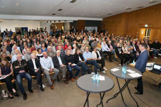 Viele Besucher bei der Informationsveranstaltung zum geplanten Gewerbegebiet Brächen im Kulturhaus Drabenderhöhe. Fotos: Christian Melzer