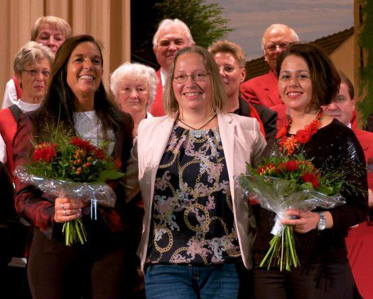 Vorne, von links: Regine Melzer, Dirigentin des Honterus-Chores; Anita Gutt, Kreisgruppenvorsitzende; Diana Baldea, Dirigentin des Honigberger Chores. Fotos und Videos: Günther Melzer