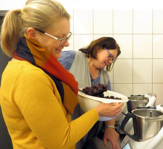 Nicole Mies (links) und Petra Krauss kochen Marmelade. Fotos: Schenker