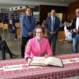 Ina Scharrenbach trägt sich ins Goldene Buch der Stadt ein.