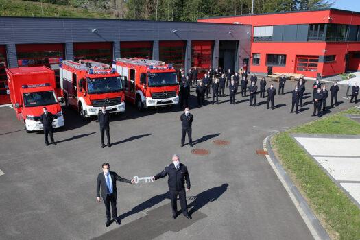 Aus den Händen von Bürgermeister Ulrich Stücker (vorn links) nimmt Stadtbrandmeister Jens Schmidt den symbolischen Schlüssel für die drei neuen Fahrzeuge entgegen. Fotos: Christian Melzer