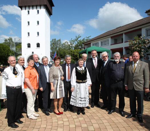 Zehn Jahre Turm der Erinnerung und Kapelle wurden am 17. Mai 2014 mit einem Gottesdienst und Festakt im Robert-Gassner-Hof gefeiert. Franchy (3. v. r.) war einer der Ehrengäste