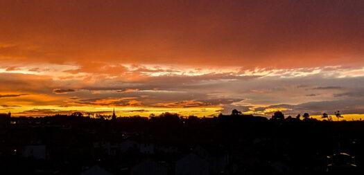 Sonnenuntergang am 7. August um 21:10 Uhr, fotografiert mit einem Pixel 5 Smartphone. Foto: Günther Melzer. Für Großansicht draufklicken.
