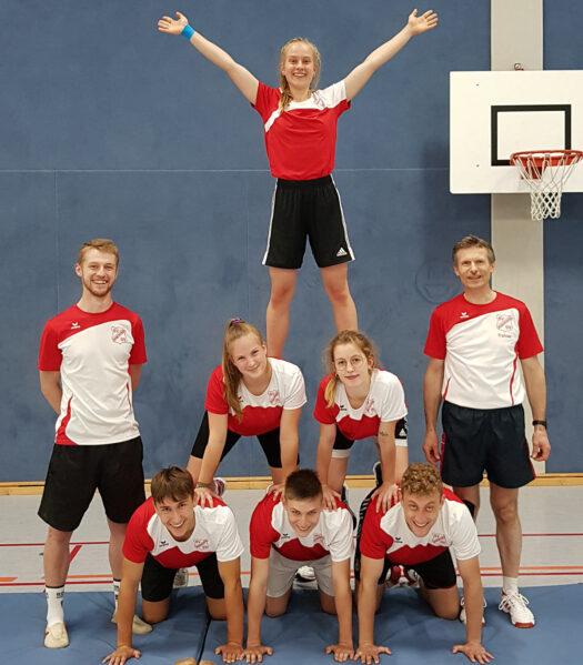 Überglücklich über die bestandene Sporteignungsprüfung an der Sporthochschule Köln. Von links: Jan Kemmerling (Trainerstab), unten: Felix Deptner, Jonathan Haas, Linus Zakrzewski, darüber: Laura Wagner, Lea Ley, stehend oben Lea Sophie Müller, ganz rechts Wolfram Gündisch (Trainer)